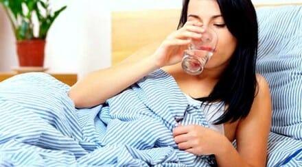 10 Manfaat Minum Air Hangat Sebelum Tidur dan Bangun Tidur