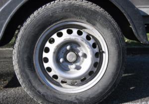 Mengecek Kekasaran Roda Mobil